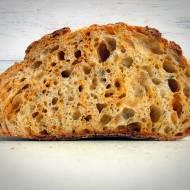 Chleb z cheddarem, wędzoną papryką i oregano