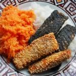 Paluszki rybne z łososia, ryż i surówka z marchewki i jabłka