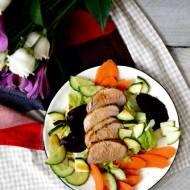 Sałatka z pieczonym burakiem, marynowaną marchewką i plastrami polędwiczki wieprzowej
