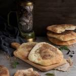 Chlebki Naan z solą i ziołami prowansalskimi