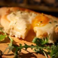 Chaczapuri, drożdżowe łódeczki z serem i jajkiem