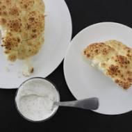 Kalafior pieczony w całości z sosem jogurtowo-pietruszkowym