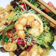 Czwartek: Makaron stir fry z warzywami i krewetkami