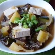 Gulasz doenjang jjigae z tofu i cukinią, czyli koreańska zupa miso