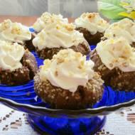 Kakaowe ciasteczka z orzechami i bitą śmietaną