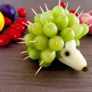 Winogronowe jeże – owocowe koreczki