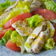 Sałatka z kurczakiem, pomidorami i mozzarellą