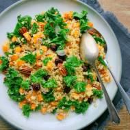 Zimowa sałatka superfoods – kasza jaglana z jarmużem, pieczoną dynią i orzechami