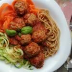 Spaghetti pełnoziarniste i warzywne z mięsnymi klopsikami w sosie pomidorowym