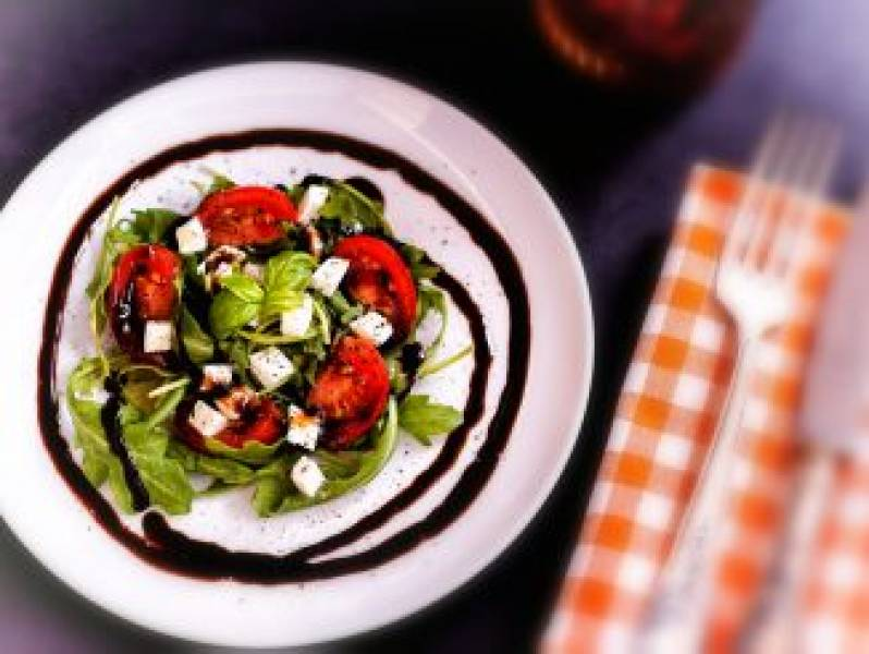Sałatka z pomidorami i mozzarellą