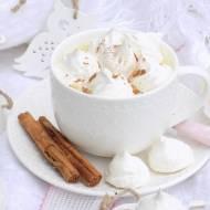 Gorąca czekolada z bezikami i cynamonem.