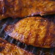 Smażona pierś kurczaka na patelni grillowej