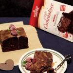 Ciasto czekoladowe z malinami, jeżynami i sosem karmelowym