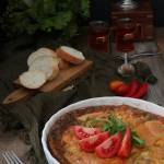 Frittata z kabanosami, porem i serem pleśniowym