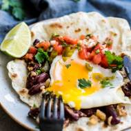 Huevos rancheros z salsą pico de gallo | Tortille z jajkiem, smażoną fasolką i pomidorami