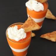 Deser marchewkowo-śmietanowy z trójkątami z ciasta francuskiego