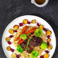 Policzki wieprzowe duszone w czerwonym winie z burakiem, marchewką, brukselką, topinamburem i kaszą pęczak