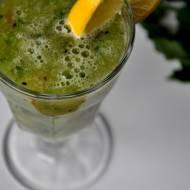 Zielone smoothie z natki pietruszki i kiwi. Pomysł na drugie śniadanie
