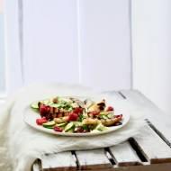 Sałatka z halloumi, malinami i gruszką