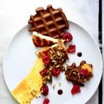 Halloumi na słodko z musem mango, karmelizowaną gruszką, malinami, pistacjami i goframi (bez mąki) - instrukcja prezentacji dani