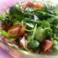 Sałatka z rukolą, pomidorkami i szynką parmeńską