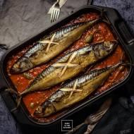 Świeża makrela pieczona na pomidorach