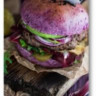 Wołowe hamburgery w fioletowej domowej bułce