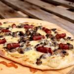 Pizza z białym sosem i frankfurterki