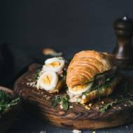 Croissant z tuńczykiem i jajkiem