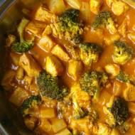 Curry z kurczakiem, brokułem i ananasem.