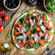 Domowa pizza z szynką parmeńską, rukolą i parmezanem