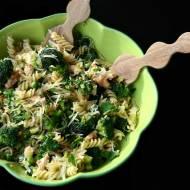 Fusilli z zielonymi warzywami i paprykowymi polędwiczkami z kurczaka