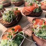 Bruschetty z guacamole i łososiem
