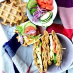Kanapka z gofra z warzywami i serem halloumi