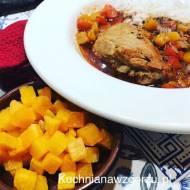 Duszony kurczak z sosem pomidorowym i dynią – danie na obiad