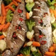 Pstrąg pieczony z masłem chili i warzywami
