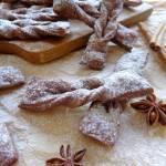 Faworki czekoladowe z cukrem pudrem cynamonowo-anyżowym