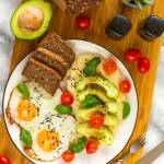 Jajka sadzone z hummusem i awokado