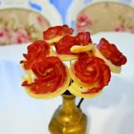 Róże z ciasta francuskiego i kiełbasy