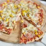 Najlepsza pizza pełnoziarnista z szynką, pieczarkami i kukurydzą