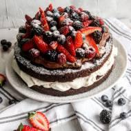 Czekoladowy tort z bitą śmietaną, truskawkami i czekoladowym ganache