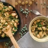 Szybki makaron orechiette z groszkiem i chorizo
