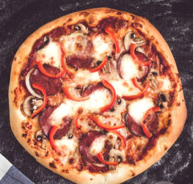 Pizza z salami, papryką i pieczarkami