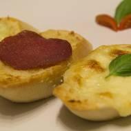 Grzanki z mozzarellą i salami