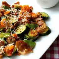Warzywa na patelnię z chipsami boczkowymi i oscypkiem w towarzystwie surówki z kiszonej kapusty z żurawiną