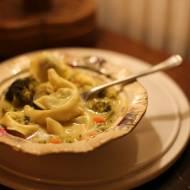Zupa z brokułem i tortellini w stylu tajskim w 15 minut