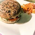 Domowy burger z frytkami z marchewki