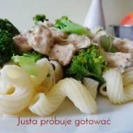 Pyszny makaron z kurczakiem i brokułami