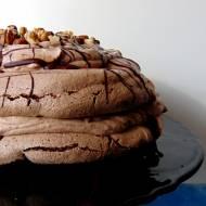Czekoladowy tort bezowy z orzechami