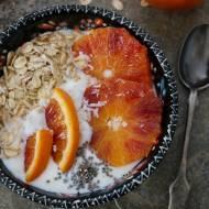 Idealne śniadanie - czerwone pomarańcze z jogurtem